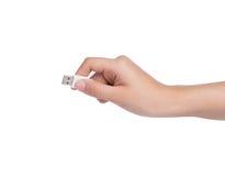 Żeński chwyta USB kabel w ręce na bielu Zdjęcia Stock