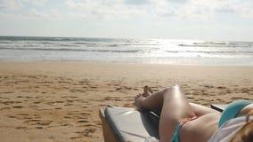 Żeński ciało relaksuje i cieszy się podczas wakacje na pustej piaskowatej ocean plaży na bryczce kobiet łgarscy potomstwa Zdjęcia Stock
