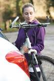Żeński cyklista Bierze rower górskiego Od stojaka Na samochodzie fotografia stock