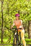 Żeński cyklista cieszy się wiosna lasu widok zdjęcia stock