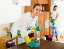 Żeński czyściciela cleaning pokój zdjęcie stock