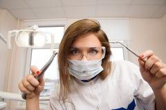 Żeński dentysta z stomatologicznymi narzędziami Fotografia Stock