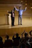 Żeński dyrektor wykonawczy docenia kolegi na scenie fotografia royalty free