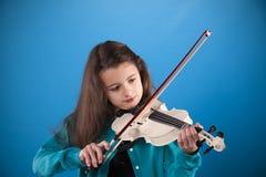 Żeński dziecko bawić się skrzypce Obrazy Stock