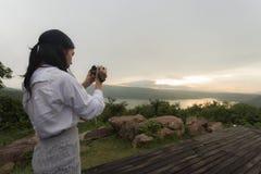 Żeński fotograf bierze obrazki zmierzch zdjęcie stock
