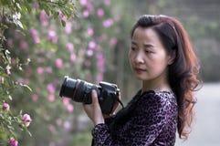 Żeński fotograf w świetle słonecznym Obraz Stock