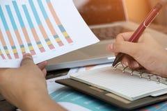 Żeński freelancer ręki writing na notatniku, rozważny biznes Fotografia Stock