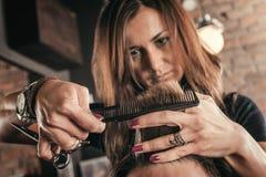 Żeński fryzjer fryzury włosy mężczyzna obraz royalty free