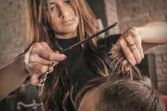 Żeński fryzjer fryzury włosy mężczyzna fotografia stock