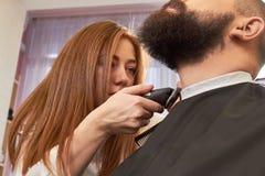 Żeński fryzjer męski przygotowywa brodę Fotografia Stock