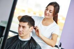 Żeński fryzjer przy pracą robi ostrzyżeniu Zdjęcie Stock