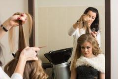 Żeński fryzjer robi włosianej tytułowanie dziewczyny Obrazy Stock