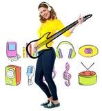 Żeński gitarzysta w pełnej akci Obraz Stock