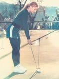 Żeński golfowy gracz dostaje przygotowywający uderzać piłkę Obraz Royalty Free