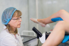 Żeński Gynecologist Podczas egzaminu W Jej biurze Zdjęcia Stock