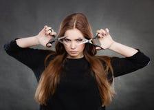 Żeński hairstylist fryzjer męski z nożycami Zdjęcia Stock