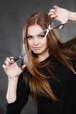 Żeński hairstylist fryzjer męski z nożycami Fotografia Stock