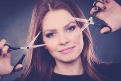 Żeński hairstylist fryzjer męski z nożycami Zdjęcia Royalty Free