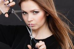 Żeński hairstylist fryzjer męski z nożycami Obraz Royalty Free