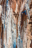 Żeński Halnego arywisty prowadzenie wspina się naturalną skałę obraz stock