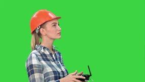 Żeński inżynier działa trutnia analizuje przedmiot na Zielonym ekranie, Chroma klucz zbiory wideo