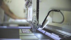 Żeński inżynier pracuje na skomputeryzowanej maszynowej broderii w fabryce zbiory