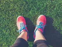 Żeński jogger patrzeje w dół przy jej ciekami zdjęcie royalty free