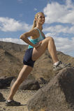 Żeński Jogger rozciąganie Na skale Fotografia Royalty Free