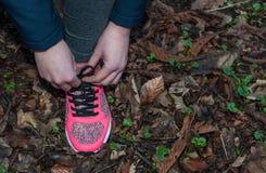 Żeński jogger wiąże shoelace obraz royalty free