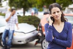 Żeński kierowca Robi rozmowie telefonicza Po wypadku ulicznego obraz stock