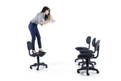 Żeński kierownik z megafonem i opróżnia krzesła obraz stock