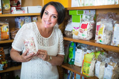 Żeński klienta mienie z odżywki zbożem zdjęcie royalty free
