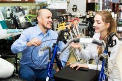 Żeński konsultant ofiary wózek inwalidzki dorośleć klienta zdjęcie stock