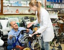 Żeński konsultant ofiary wózek inwalidzki dorośleć klienta zdjęcia royalty free