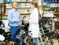 Żeński konsultant ofiary wózek inwalidzki dorośleć klienta obrazy stock