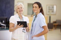 Żeński konsultant W spotkaniu Z pielęgniarką Używa Cyfrowej pastylkę fotografia stock
