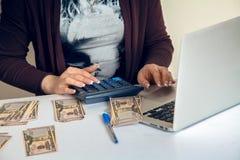 Żeński księgowy na kalkulatorze liczy pieniądze Obraz Royalty Free