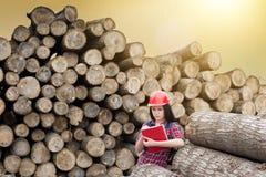 Żeński lasowy inżynier obok bel zdjęcia stock