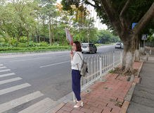 Żeński lokalowy pośredniczący plakat sprzedawać w poboczu, Guangzhou, porcelana Obrazy Royalty Free