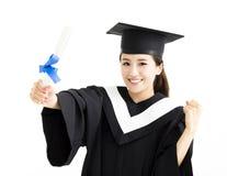 Żeński magistrant/magistrantka pokazuje dyplom Zdjęcia Royalty Free