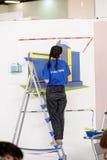 Żeński malarz dekoruje ścianę, wykonuje zadanie Obrazy Royalty Free