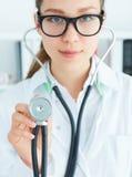 Żeński medycyny lekarki ręki mienia stetoskopu głowy zbliżenie przed jej klatką piersiową Zdjęcia Royalty Free