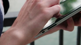 Żeński mienie i macanie na cyfrowym pastylka komputerze osobistym zbiory wideo