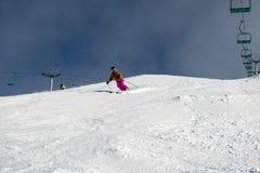 Żeński narciarki cyzelowania puszek Australijski narciarski skłon fotografia royalty free