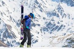 Żeński narciarki odprowadzenie i patrzeć w dół Obrazy Royalty Free