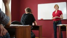 Żeński nauczyciel daje wykładowi przy uniwersytetem zdjęcie wideo