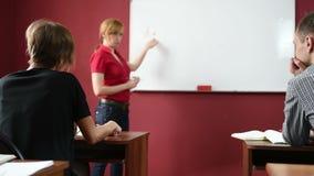Żeński nauczyciel daje wykładowi przy uniwersytetem transmituje notatnika zbiory wideo