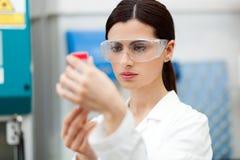 Żeński naukowiec przy pracą w laboratorium zdjęcie stock