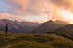 Żeński patrzeje piękny zmierzch w górach, Niemcy Obrazy Royalty Free