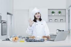 Żeński piekarz robi wyśmienicie chlebowi Zdjęcia Stock